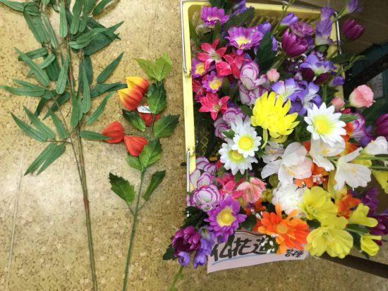 造花で飾るお盆。